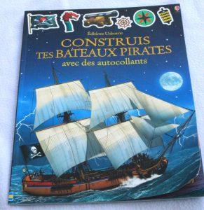 construis-tes-bateaux-pirates-avec-des-autocollants